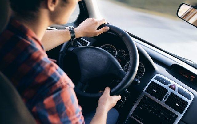 Nie trzymasz rąk na kierownicy, wiercisz się – 500 zł mandatu. Zmiany w przepisach