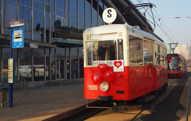 Całować się przy ludziach, w tramwaju? To możliwe w zakochanej banie
