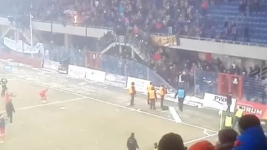Policja namierzyła kolejnego kibola, który brał udział w zadymie, po której sędzia musiał przerwać mecz Piast Gliwice - Górnik Zabrze (fot. youtube.com)