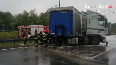 Świętochłowice: Ciężarówka wbiła się w bariery! Groźny wypadek 18 maja na DTŚ (fot.KMP Świętochłowice)