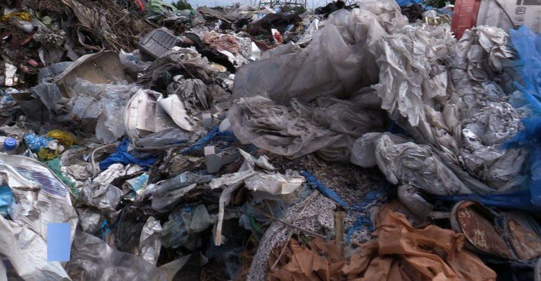 Smród, bałagan i groźba zatrucia wody! Kto posprząta nielegalne wysypisko śmieci w Sławkowie?