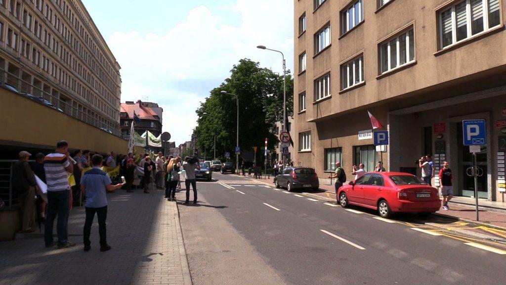 """Protest w Katowicach! Mieszkańcy Imielina nie chcą wydobycia """"na zawał"""". Boją się o domy"""