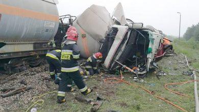 Jedna osoba została ranna w zderzeniu ciężarówki z pociągiem towarowym przewożącym cysterny z gazem. Do wypadku doszło w miejscowości Wólka Plebańska (fot.TVP)