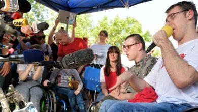 Koniec protestu w Sejmie. Protestujący rodzice osób niepełnosprawnych podziękowali m.in. opozycji i masażystom(TVP Info)