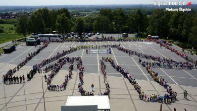 Gigantyczna dłoń z ludzi? Rekord pobity! Co się działo pod Kopcem Wyzwolenia w Piekarach Śląskich? (fot.policja)
