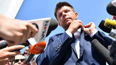 Posłowie na piechotę. Petru, Schmidt i Scheuring-Wielgus z zakazem wjazdu na teren Sejmu (fot.TVP Info)