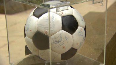 Piłkarskie pamiątki pomogły chorym dzieciom z hospicjum onkologicznego (TVP Sport)