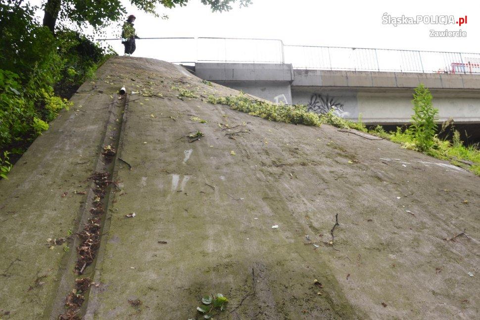 Śląskie: Wypadek na DK 78. Samochód osobowy spadł z wiaduktu (fot.policja)