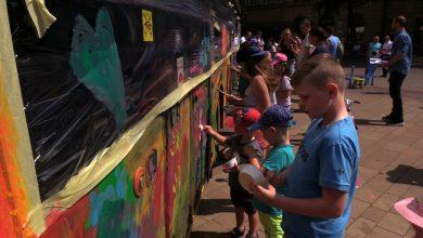 Nietypowy Dzień Dziecka w Tychach. Dzieci do pomalowania dostały trolejbus!