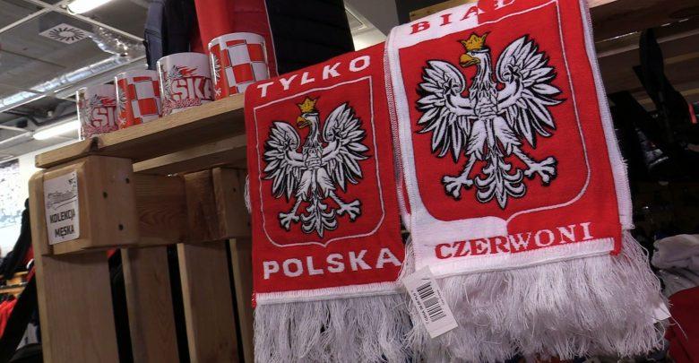 Biało-czerwony szalik to niezbędnik kibica podczas Mistrzostw Świata. I nie tylko szalik