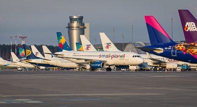 ZChwile grozy na lotnisku Pyrzowice. Grozy, bo nikt nie wiedział, co chce zrobić mężczyzna, który wyłamał drzwi terminalu i wtargnął na pokład samolotu! (fot.Katowice Airport)