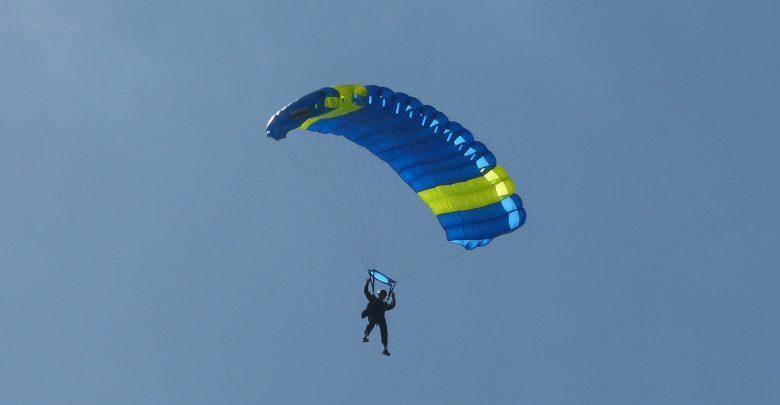 Śmiertelny wypadek skoczka spadochronowego. 18-latek spadł na płytę lotniska. Zginął na miejscu (fot.poglądowe/www.pixabay.com)