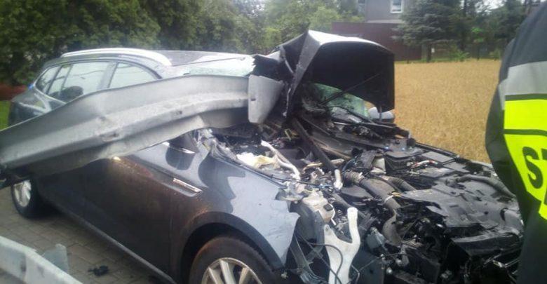 Radlin: Wypadek na Mariackiej. Barierki dosłownie wbiły się do środka przez przednią szybę samochodu [ZDJĘCIA] (fot.KPP Wodzisław Śląski)