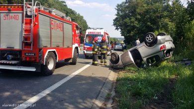 Wypadek i dachowanie na DK 44 w Mikołowie. Zderzyły się dwie osobówki (fot.www.112tychy.pl)