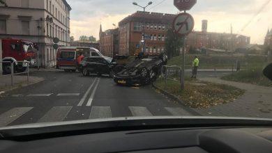 Katowice: Opel dachował na ulicy Wróblewskiego. Ruch na tej ulicy jest zablokowany (fot. Piotr Matwiejew)