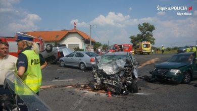 Groźny wypadek w Koziegłowach (powiat myszkowski) na Drodze Krajowej nr 1. W zderzeniu 4 samochodów ucierpiały 3 osoby (fot.policja)