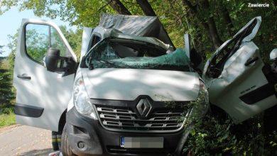 Dramatyczne sceny na drodze w Porębie. Pijany kierowca dostawczaka staranował Skodę. Ucieczkę z miejsca wypadku zakończył na drzewie (fot. KPP Zawiercie)