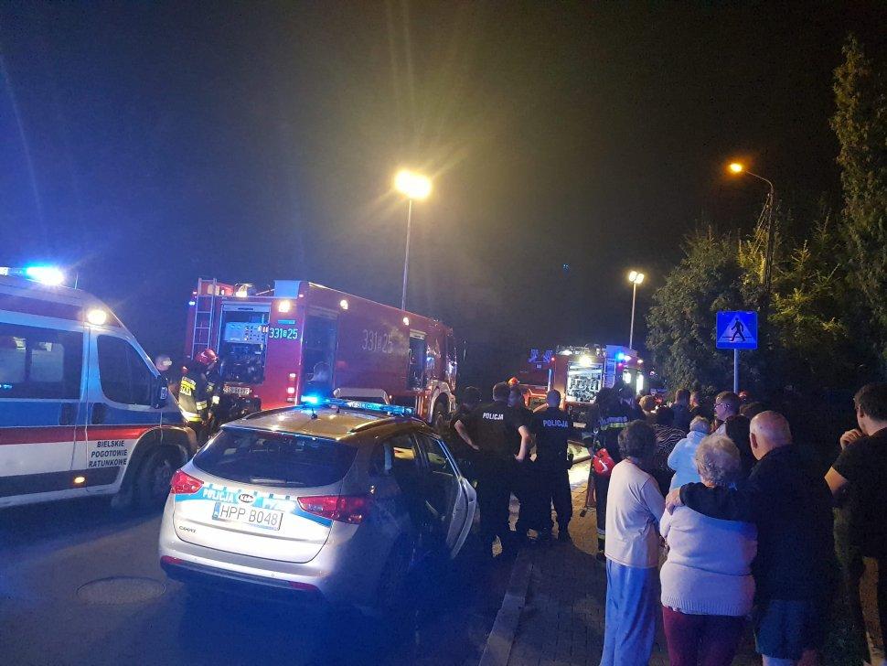 """Pożar bloku przy Lenartowicza w Bielsku. Mieszkańców ratowali policjanci . fot. KMP Bielsko-Biała/S. Gorząd – Radio Bielsko """"Waszym okiem"""""""