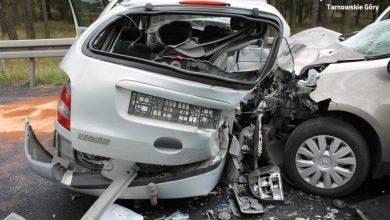 Koszmarny wypadek w miejscowości Koty pod Tarnowskimi Górami. W zderzeniu dwóch osobowych Renault, zginął kierowca jednego z samochodów (fot.KPP Tarnowskie Góry)