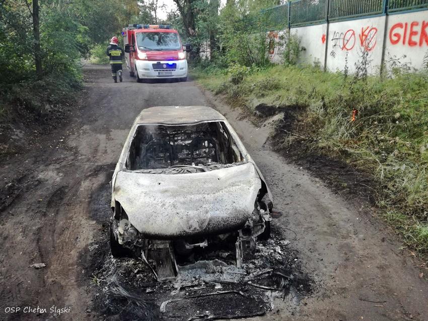 W Chełmie Śląskim koło zalewu Dziećkowice znaleziono spalonych samochód a obok wiszące zwłoki mężczyzny (fot.www.112tychy.pl)