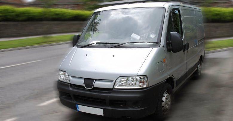 OSTRZEŻENIA W INTERNECIE: Biały bus jeździ i porywa dzieci! Ktoś im wycina organy? (zdjęcie poglądowe - pixabay.com)