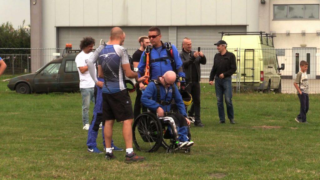 Osoby zmagające się z SMA, czyli rdzeniowym zanikiem mięśni skakały ze spadochronem na gliwickim lotnisku