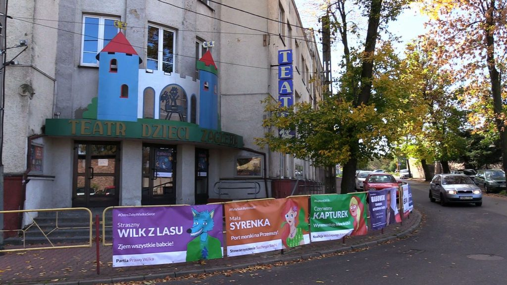 Będzin: Syrenka, wilk i Czerwony Kapturek startują w wyborach? Tajemnicze banery przy Teatrze Dzieci Zagłębia