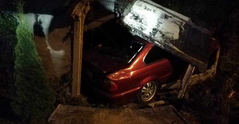Śląskie: Pijany kierowca BMW wjechał w garaż. W środku świeżo pomalowane auto (fot. KPP Wodzisław Śląski)