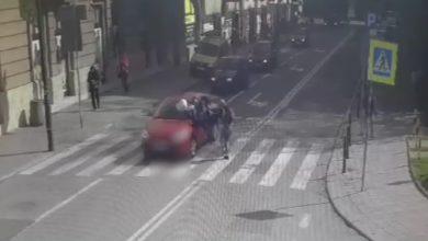 Gliwice: Potrącił pieszego na pasach. Tuż obok radiowóz policji! WIDEO nagrał monitoring (fot.KMP Gliwice)