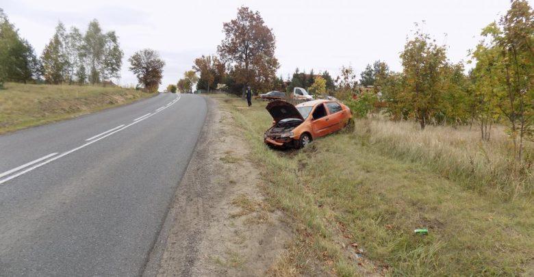 Fiat, którym podróżowało dwóch pijanych mężczyzn wyleciał z drogi i pozwiedzał przydrożny rów (fot.policja)