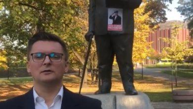 """Ktoś sprofanował pomnik Jerzego Ziętka w centrum Katowic. Czerwoną farbą pomalowano litery """"Jerzy Ziętek"""", dopisano """"sku...n"""" (fot.facebook/MarcinKrupa)"""