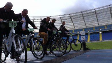 GZM ma kupić 230 służbowych rowerów elektrycznych. Dzisiaj na Stadionie Śląskim samorządowcy wzięli udział w specjalnym wyścigu na jednośladach