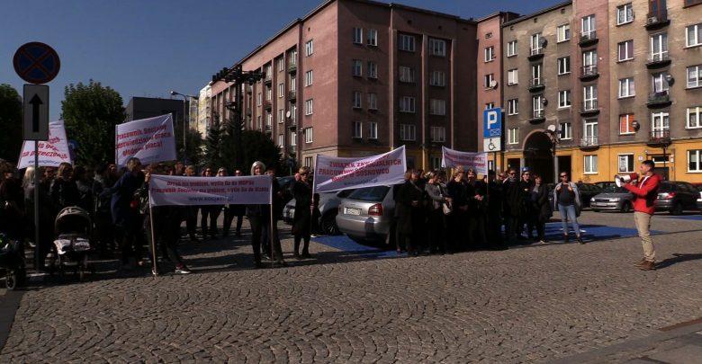 Protest pracowników MOPS przed Urzędem Miasta Sosnowiec. Domagają się wyższych płac i szacunku dla ich pracy
