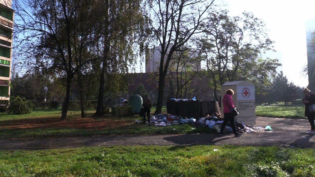 Interwencja Silesia Flesz: Ktoś wyrzucił dokumenty, zdjęcia i pamiątki po zmarłej kobiecie na śmietnik!