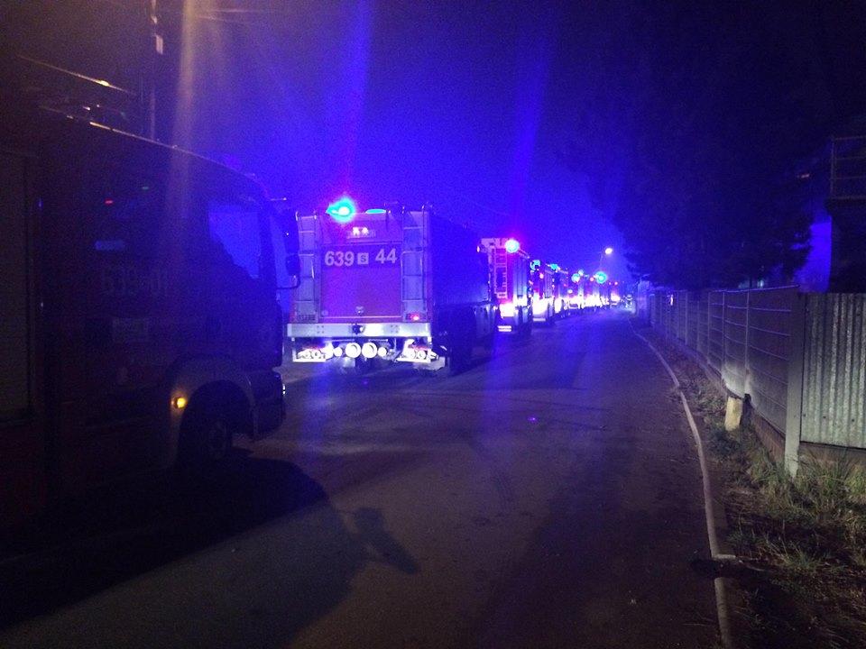 Ogromny pożar w Lasowicach pod Tarnowskimi Górami. Pożar wybuchł na złomowisku samochodów przy ulicy Cmentarnej w Lasowicach