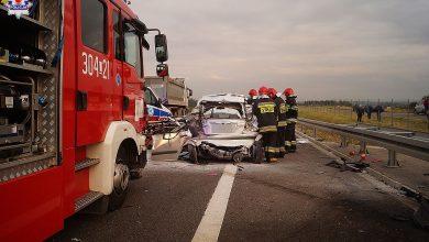 Kierowca hyundaia zatrzymał się na prawym pasie. Wjechał w niego kierowca ciężarowego volvo. Jedna osoba nie żyje (fot.Policja Lubelska)