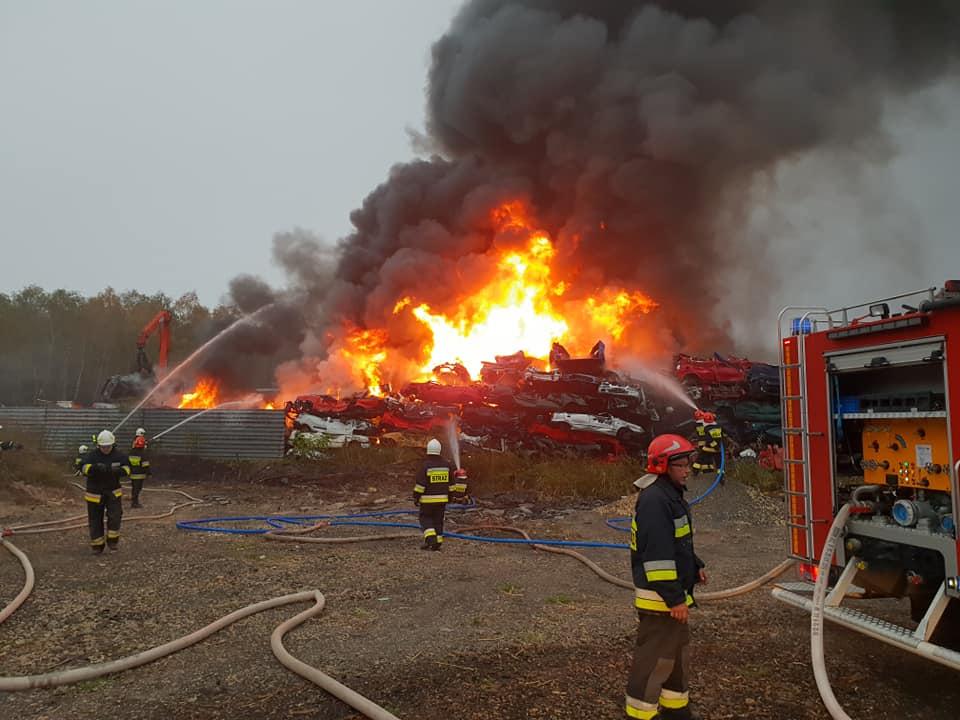 """Ogromny pożar w Lasowicach pod Tarnowskimi Górami. Pożar wybuchł na złomowisku samochodów przy ulicy Cmentarnej w Lasowicach fot. OSP """"Florian"""" Strzybnica"""