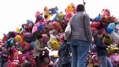 Pod cmentarzami maszkety, makrony, food trucki i balony. Wszystkich Świętych czy jarmark?