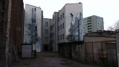"""W Sosnowcu oficjalnie odsłonięto nowy mural. To 16-metrowe dzieło pod tytułem """"Balans na linie"""" powstało na ścianach budynków przy ulicy Mościckiego."""