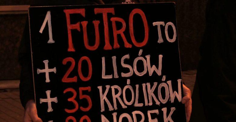 Obrońcy praw zwierząt pikietowali w Katowicach: Futra to śmierć!