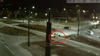 Sosnowiec: Kierowca BMW wjechał na zamknięte rondo i zawisł na torach! (fot.youtube)
