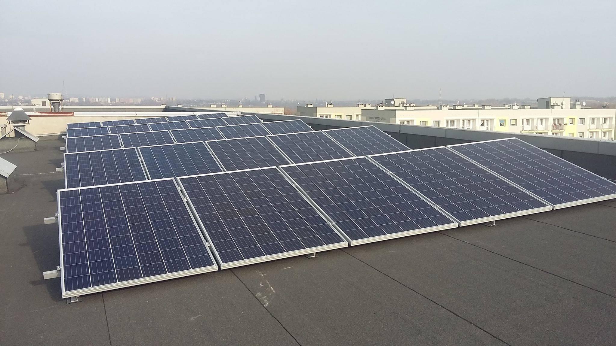 Dach szpitala w Rudzie Śląskiej Goduli zajęła ogromna farma fotowoltaiczna (fot. Szpital Miejski w Rudzie Śląskiej Goduli)