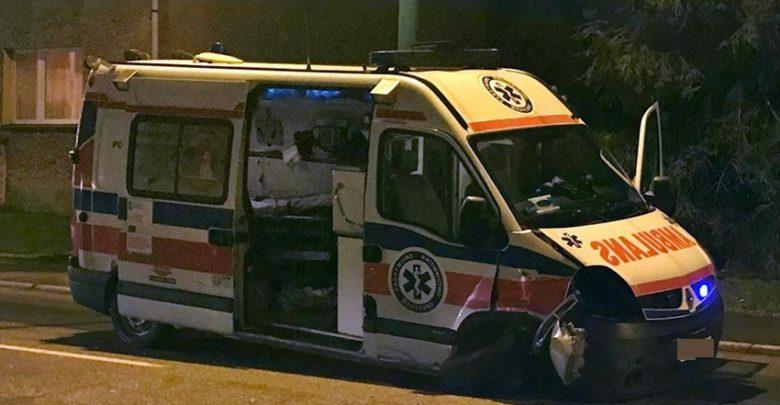 Wypadek w Tychach. Karetka na ulicy Budowlanych zderzyła się z samochodem osobowym (fot.112tychy.pl)