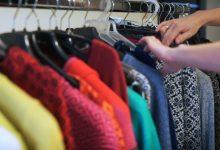 Fabryki w Polsce: Jak powstaje woda mineralna i jak się szyje modne swetry?