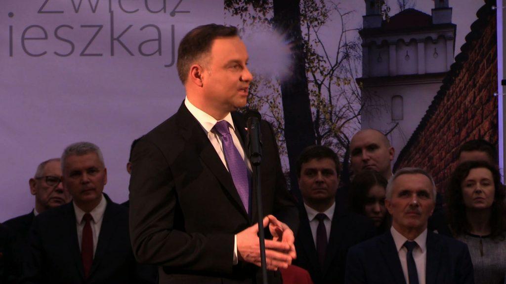 Po części oficjalnej prezydent Andrzej Duda spotkał się z mieszkańcami Raciborza. Od mieszkańców brał telefon i robił sobie z nimi zdjęcie, tzw. selfie