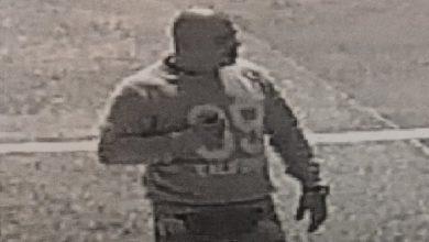 Nie lubi Górnika Zabrze? Policja poszukuje nieuchwytnego od maja wandala, który zdewastował jedną z biletowych kas na stadionie Górnika Zabrze (fot.KMP Zabrze)
