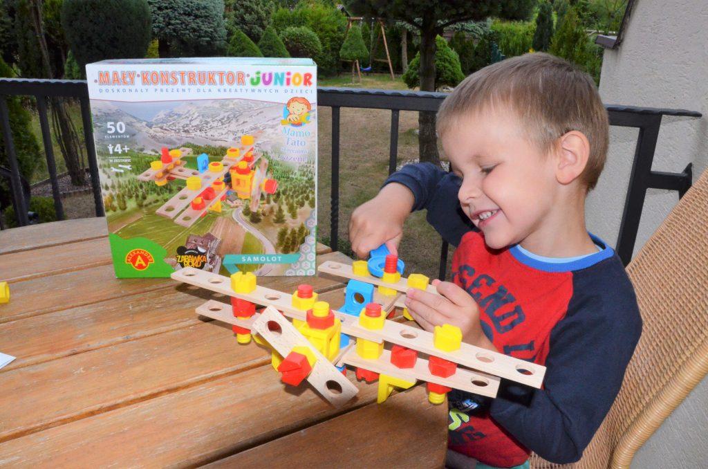 Zabawka jest trwała i po złożeniu może służyć do dalszej zabawy. Zestaw wyposażony jest w narzędzia idealnie dopasowane do małych rączek, dzięki którym malec może wielokrotnie skręcać i rozkręcać konstrukcję