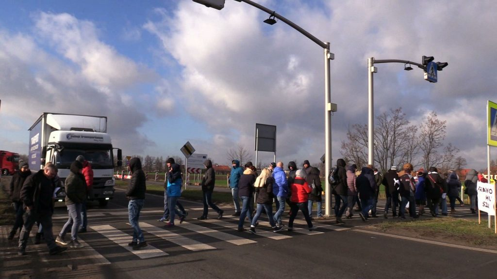 Spacerując przez przejście dla pieszych na DK 44, łączącej Gliwice z Krakowem chcieli zwrócić uwagę na swój problem
