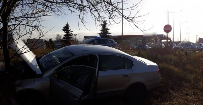 Groźny wypadek na DK 1: mężczyzna zasłabł za kierownicą i uderzył w drzewo [ZDJĘCIA] (fot. KMP Częstochowa)