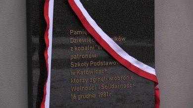 """Pacyfikacja górników w kopalni """"Wujek"""". SP nr 5 w Katowicach upamiętniła dziś wydarzenia sprzed 37 lat [WIDEO] (fot.mat.TVS)"""